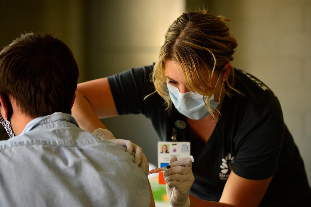 Hậu Covid-19: Bang đầu tiên ở Mỹ tiêm vaccine cho 80% dân số, cuộc sống gần như trở lại bình thường - Ảnh 1.