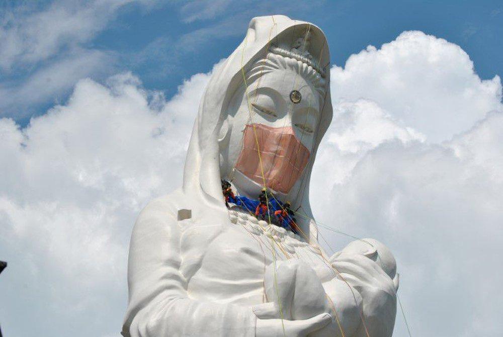 COVID-19: Chiêm ngưỡng tượng Phật Bà đeo khẩu trang độc nhất vô nhị ở Nhật Bản - Ảnh 2.