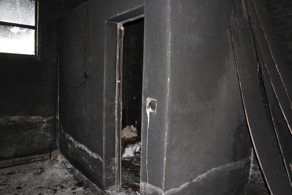 Vụ cháy phòng trà 6 người chết ở Nghệ An: Vì sao các nạn nhân không thoát được ra ngoài? - Ảnh 10.
