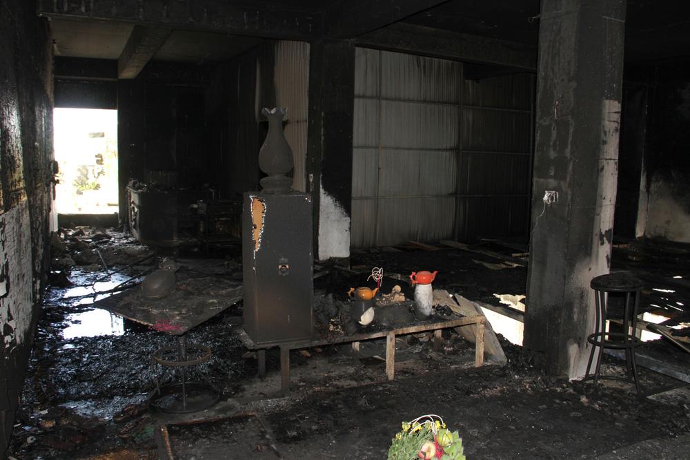 Vụ cháy phòng trà 6 người chết ở Nghệ An: Vì sao các nạn nhân không thoát được ra ngoài? - Ảnh 4.