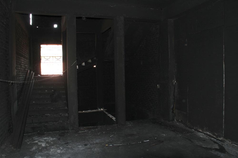 Vụ cháy phòng trà 6 người chết ở Nghệ An: Vì sao các nạn nhân không thoát được ra ngoài? - Ảnh 9.