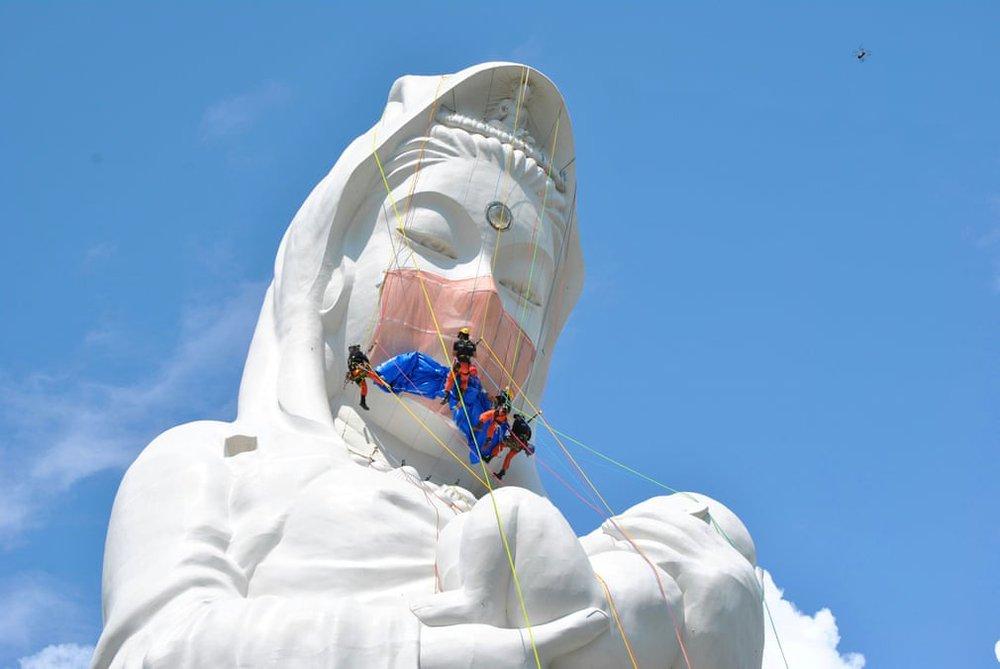 24h qua ảnh:  Tượng phật khổng lồ được đeo khẩu trang ở Nhật Bản - Ảnh 3.
