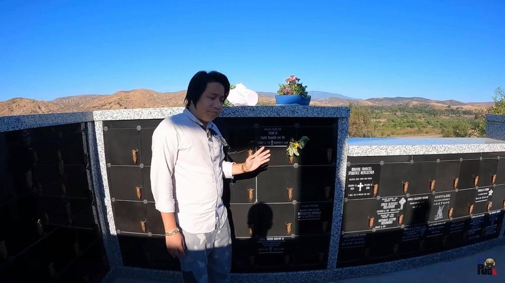 Khoa Pug thăm mộ cố nghệ sĩ Chí Tài tại Mỹ, chỉ một hành động nhỏ đã nhận cơn mưa lời khen - Ảnh 2.