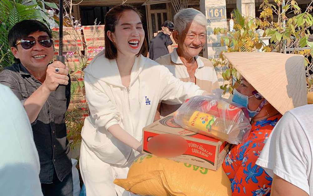 Cách làm từ thiện của Ngọc Trinh: Không kêu gọi quyên góp, dành nhiều sự quan tâm cho người già - Ảnh 1.