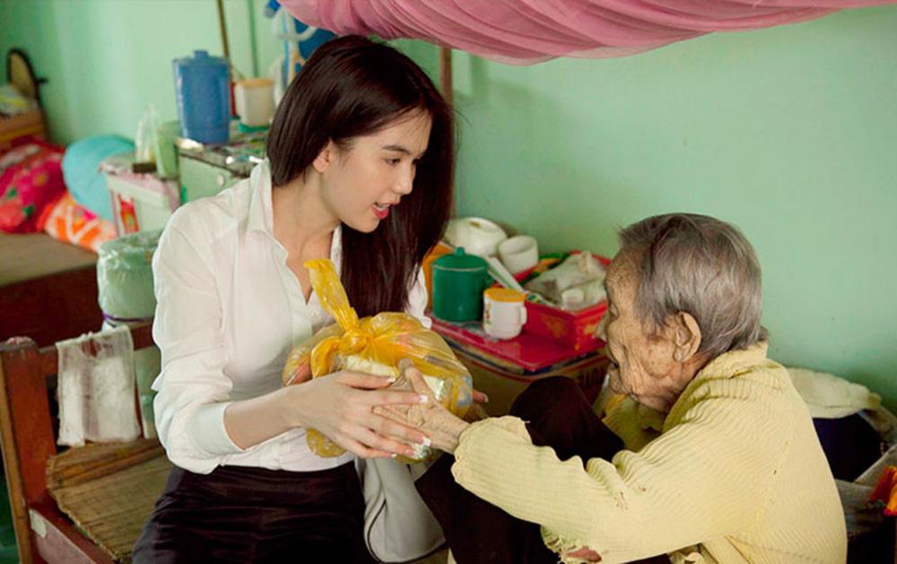 Cách làm từ thiện của Ngọc Trinh: Không kêu gọi quyên góp, dành nhiều sự quan tâm cho người già - Ảnh 6.