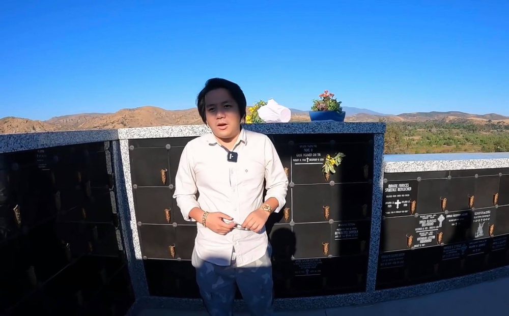 """Khoa Pug thăm mộ cố nghệ sĩ Chí Tài tại Mỹ, chỉ một hành động nhỏ đã nhận """"cơn mưa"""" lời khen"""