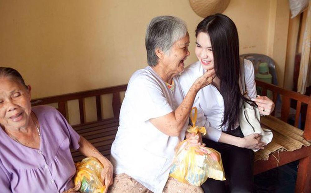 Cách làm từ thiện của Ngọc Trinh: Không kêu gọi quyên góp, dành nhiều sự quan tâm cho người già