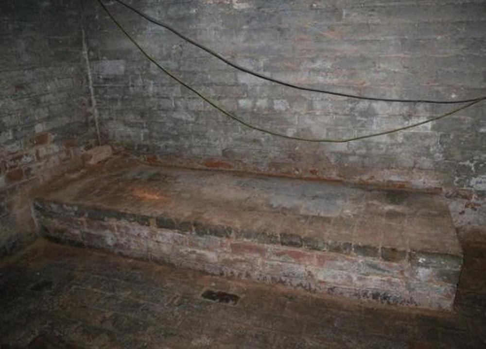 Phát hiện 1 tấm sàn gỗ bất thường trong căn nhà mới mua, tò mò cậy ra xem, người đàn ông lập tức bỏ chạy   - Ảnh 3.