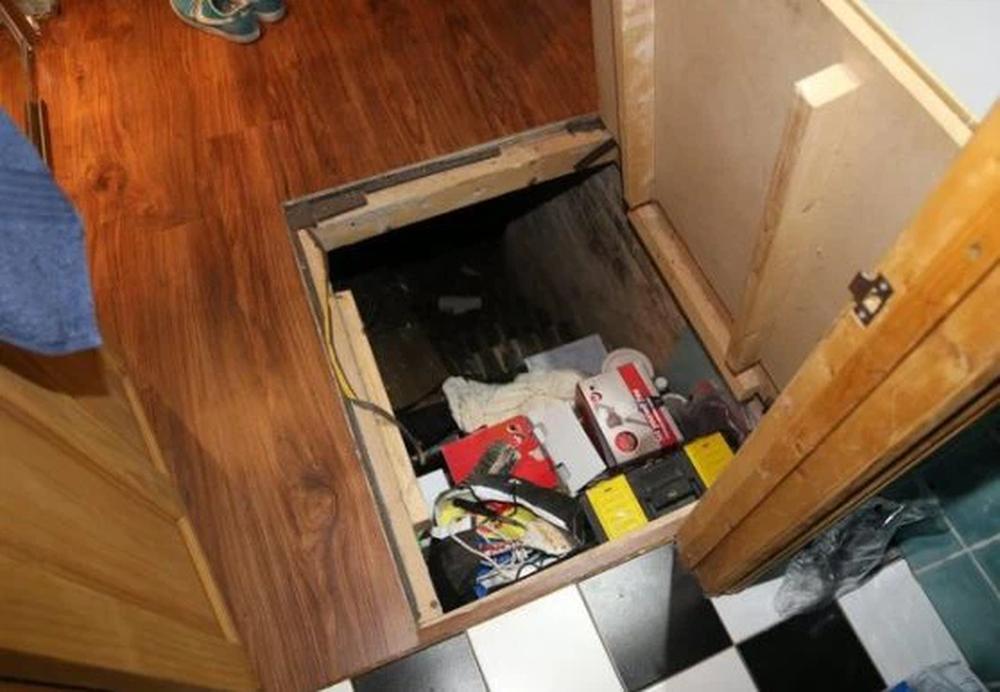 Phát hiện 1 tấm sàn gỗ bất thường trong căn nhà mới mua, tò mò cậy ra xem, người đàn ông lập tức bỏ chạy   - Ảnh 2.