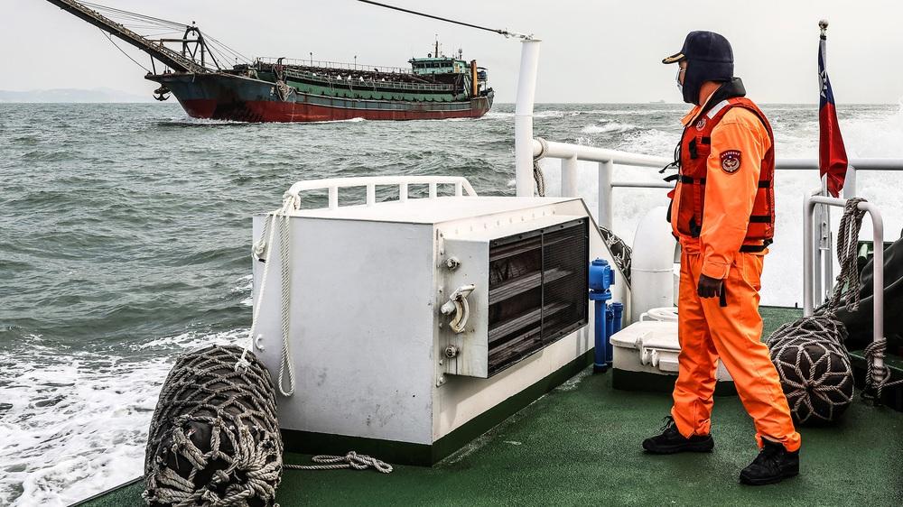 Tàu hút cát TQ quần thảo eo biển Đài Loan: Chiến lược từng bước kiểm soát Đài Loan - Ảnh 1.