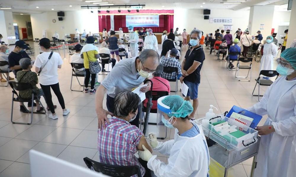 Trong 3 ngày, 27 người tử vong sau khi tiêm vắc xin AstraZeneca ở Đài Loan, bác sĩ nói: Đừng sợ hãi trước những con số! - Ảnh 2.