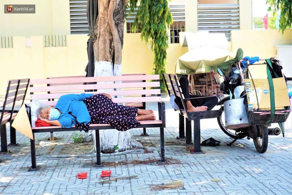 """Ảnh: Nhọc nhằn bữa ăn lề đường và giấc ngủ """"3 không, 1 có"""" dưới cái nóng 40 độ của người lao động giữa dịch Covid-19 - Ảnh 14."""
