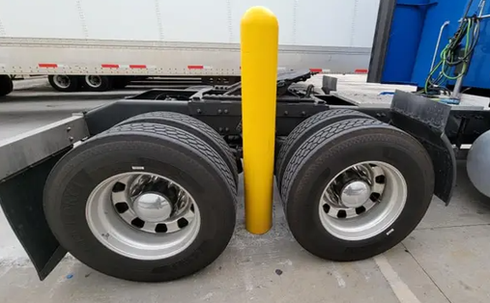 Xe container mắc kẹt theo cách không thể kỳ lạ hơn, tài xế lên MXH cầu cứu nhận ngay 27 nghìn lượt share vì quá khó