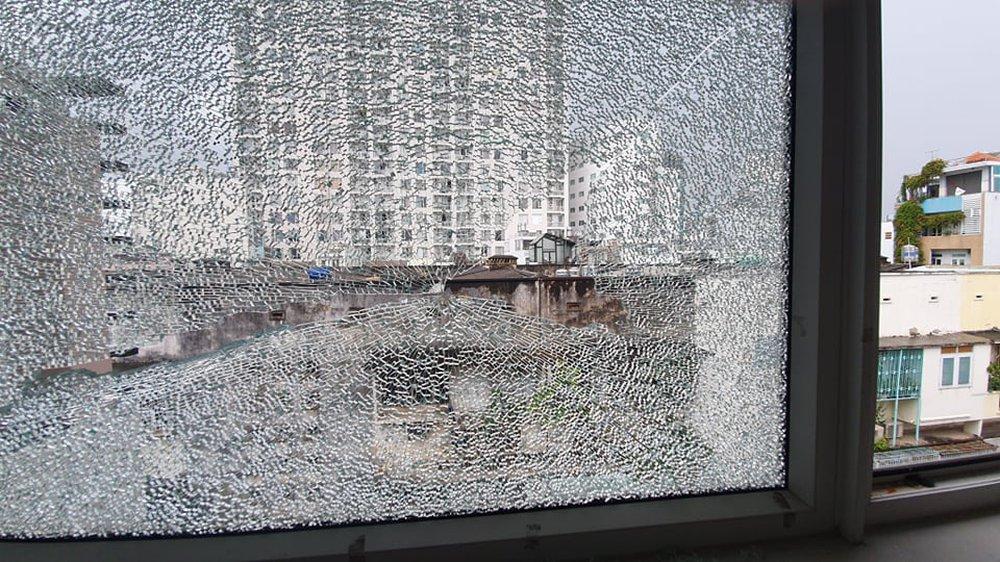 Rảnh mùa Covid-19, thanh niên mua ná bi sắt về bắn giải trí khiến nhà dân bị vỡ kính ở Sài Gòn - Ảnh 1.
