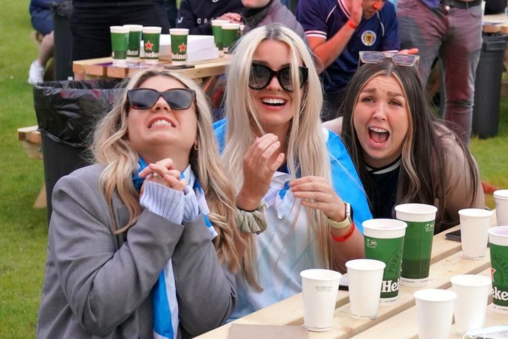 50 sắc thái của các cô nàng theo dõi derby Anh vs Scotland đêm qua: Vui, buồn, lo lắng... đủ cả! - Ảnh 1.