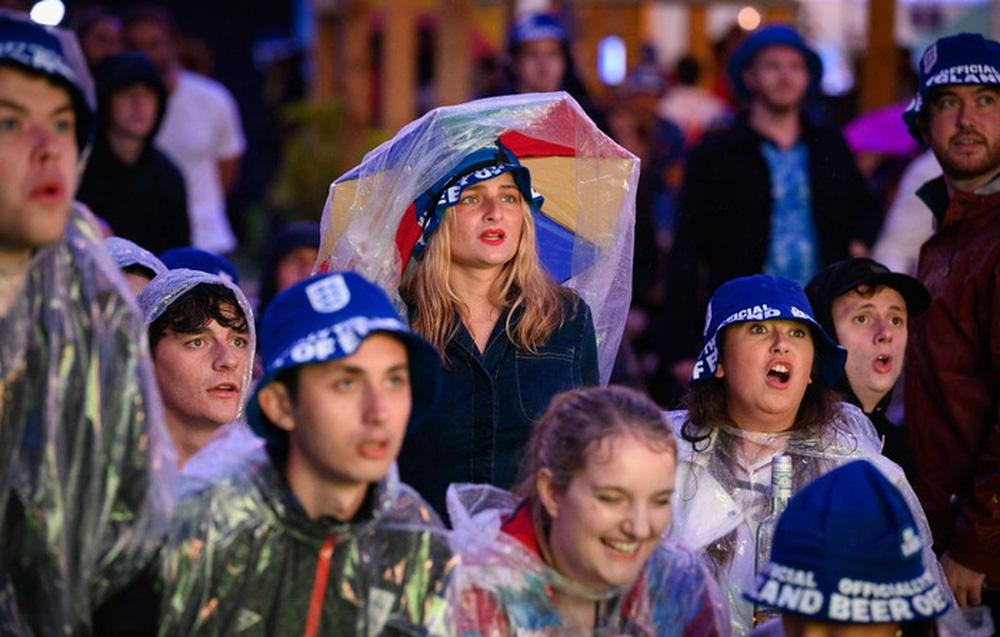 50 sắc thái của các cô nàng theo dõi derby Anh vs Scotland đêm qua: Vui, buồn, lo lắng... đủ cả! - Ảnh 3.