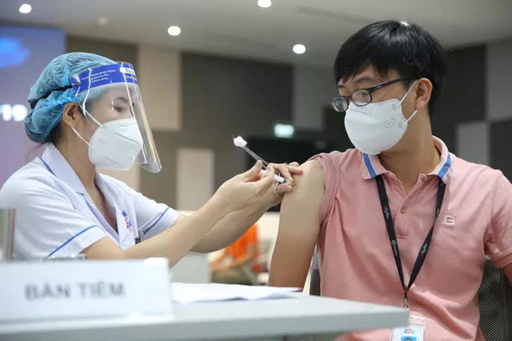 Toàn cảnh ngày đầu chiến dịch tiêm vắc-xin Covid-19 tại TP HCM - Ảnh 4.