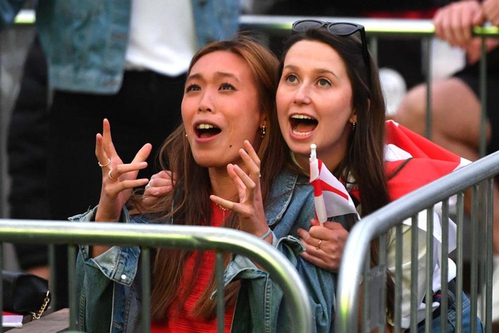 50 sắc thái của các cô nàng theo dõi derby Anh vs Scotland đêm qua: Vui, buồn, lo lắng... đủ cả! - Ảnh 5.