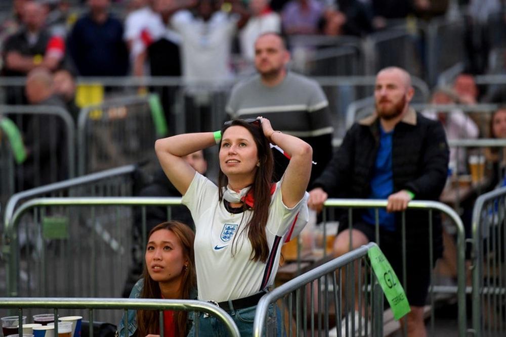 50 sắc thái của các cô nàng theo dõi derby Anh vs Scotland đêm qua: Vui, buồn, lo lắng... đủ cả! - Ảnh 6.