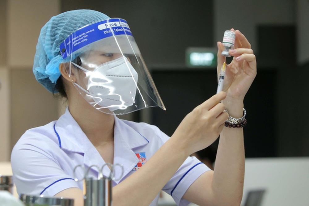 Toàn cảnh ngày đầu chiến dịch tiêm vắc-xin Covid-19 tại TP HCM - Ảnh 6.
