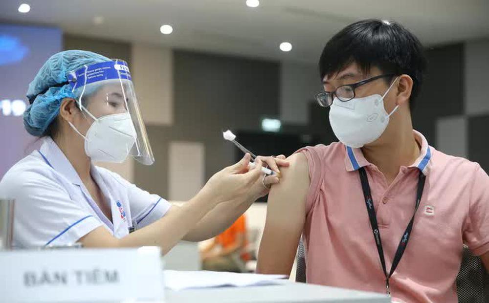 Toàn cảnh ngày đầu chiến dịch tiêm vắc-xin Covid-19 tại TP HCM