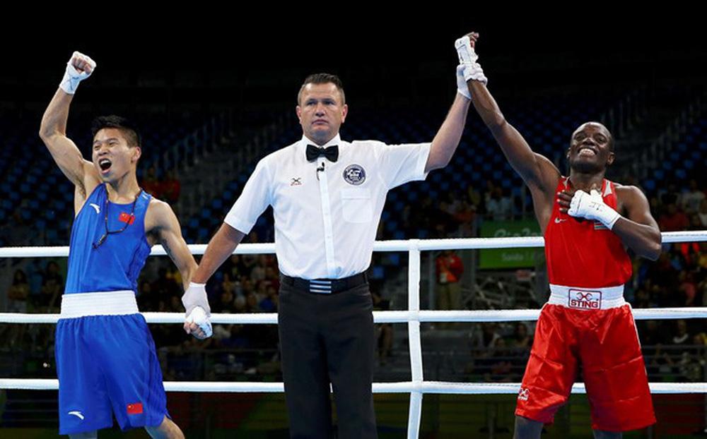 """Võ sĩ Trung Quốc ăn mừng sớm rồi nhận về cái kết """"muối mặt"""" ở Olympic"""
