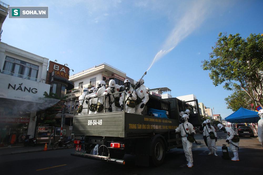 Tin dịch Covid-19 ở Đà Nẵng: Binh chủng hoá học phun khử khuẩn tại nhiều điểm nóng - Ảnh 2.
