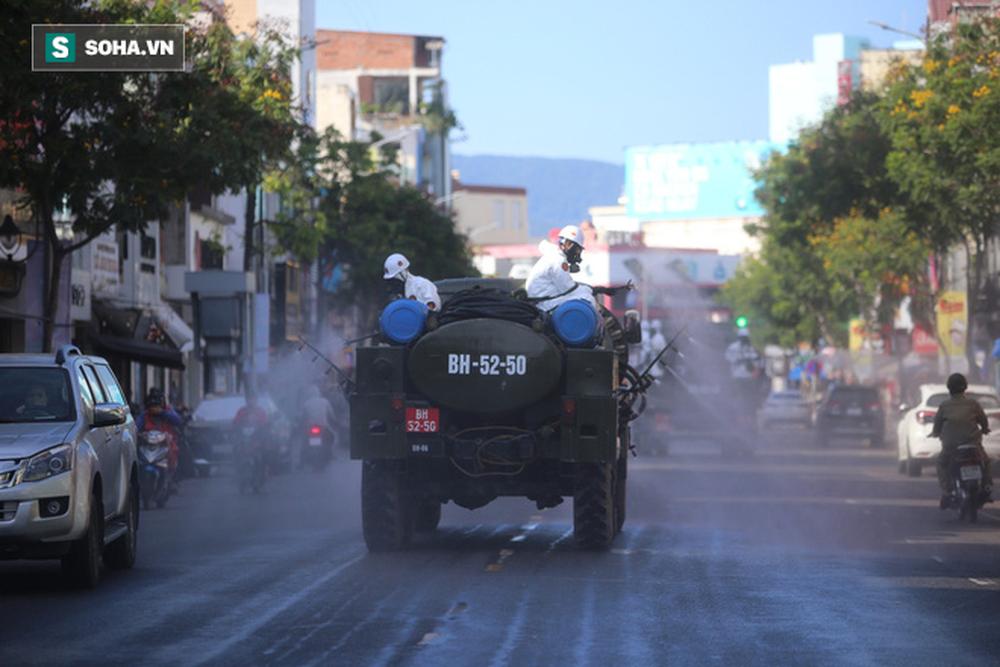 Tin dịch Covid-19 ở Đà Nẵng: Binh chủng hoá học phun khử khuẩn tại nhiều điểm nóng - Ảnh 3.