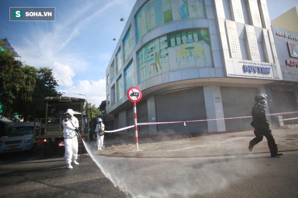 Tin dịch Covid-19 ở Đà Nẵng: Binh chủng hoá học phun khử khuẩn tại nhiều điểm nóng - Ảnh 4.