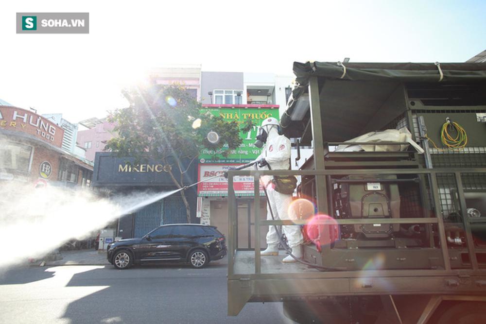 Tin dịch Covid-19 ở Đà Nẵng: Binh chủng hoá học phun khử khuẩn tại nhiều điểm nóng - Ảnh 6.