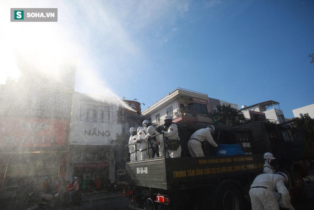 Tin dịch Covid-19 ở Đà Nẵng: Binh chủng hoá học phun khử khuẩn tại nhiều điểm nóng - Ảnh 9.
