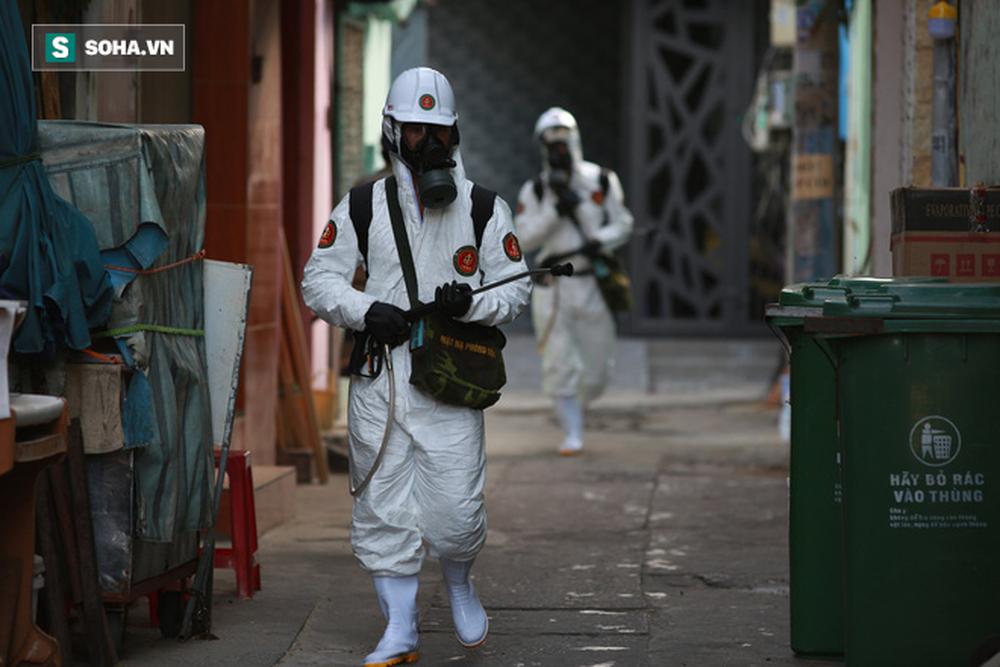 Tin dịch Covid-19 ở Đà Nẵng: Binh chủng hoá học phun khử khuẩn tại nhiều điểm nóng - Ảnh 13.