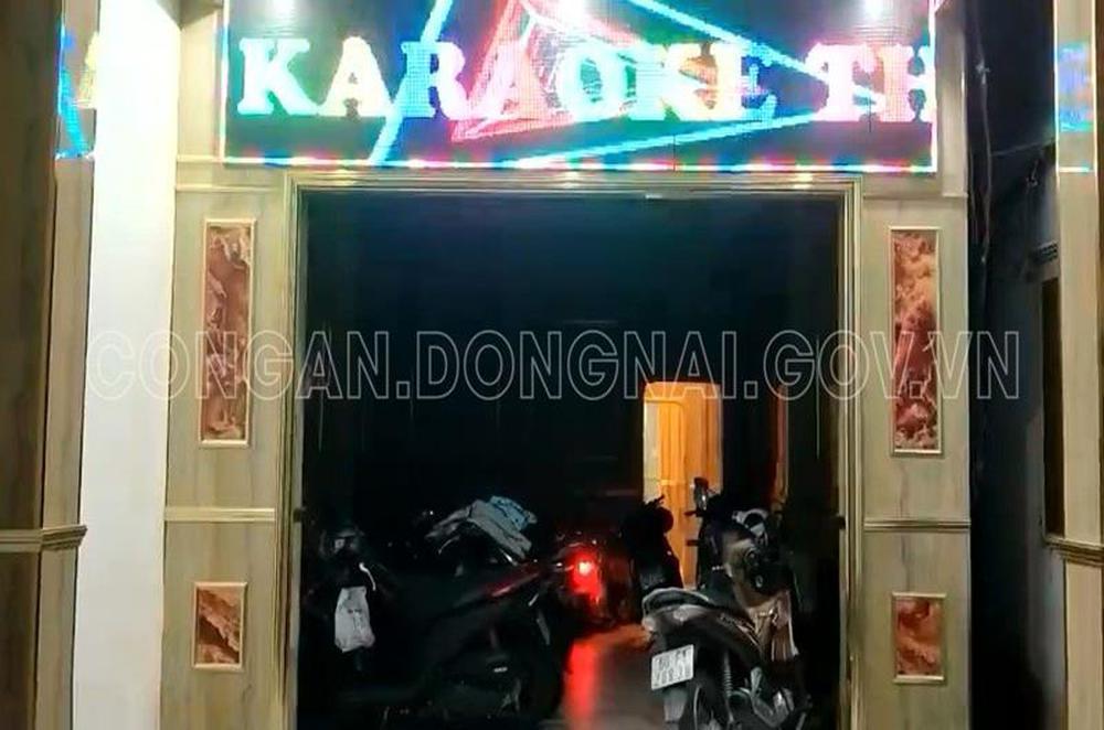 Bắt quả tang 2 nữ nhân viên khỏa thân, phục vụ khách trong quán karaoke giữa mùa dịch COVID-19 - Ảnh 2.