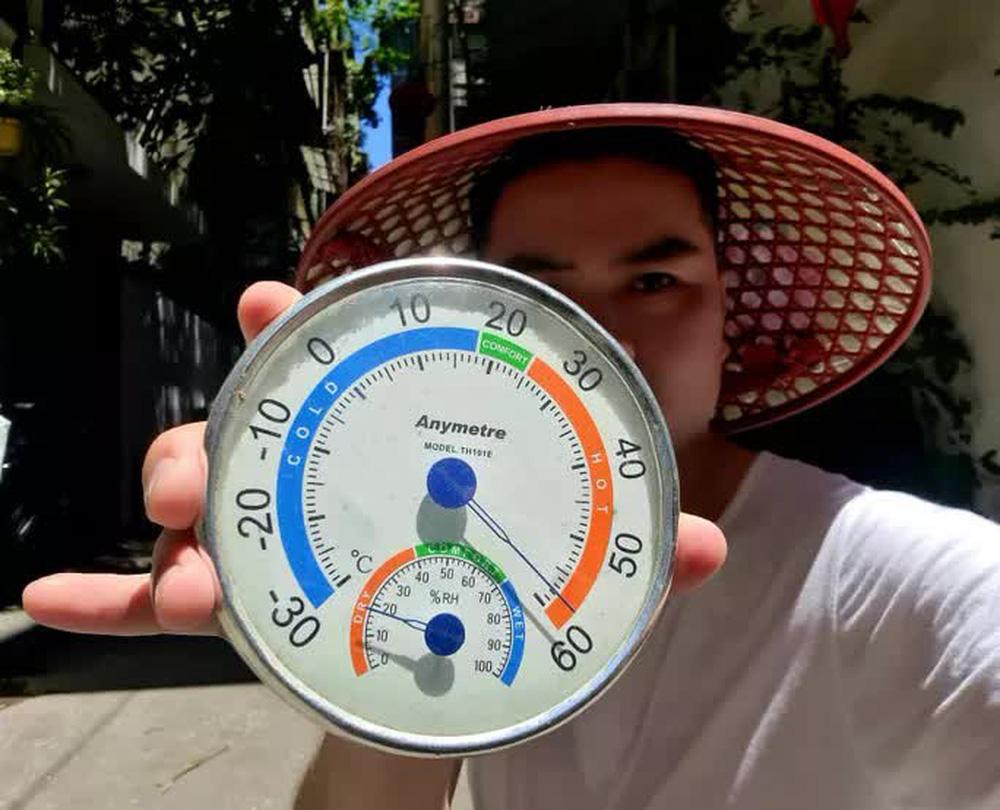 Choáng với nhiệt độ ngoài trời lên tới 60 độ C ở Hà Nội - Ảnh 1.