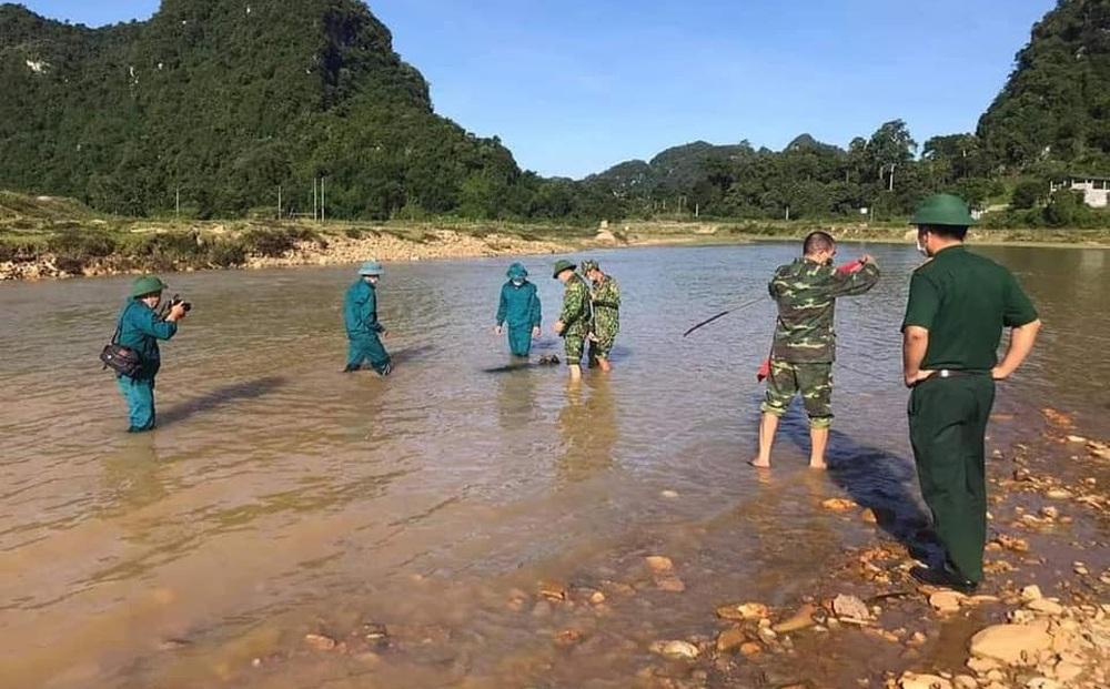 Sông cạn nước lộ ra quả bom khủng dài 1,5m, nghi chảy từ thượng nguồn về