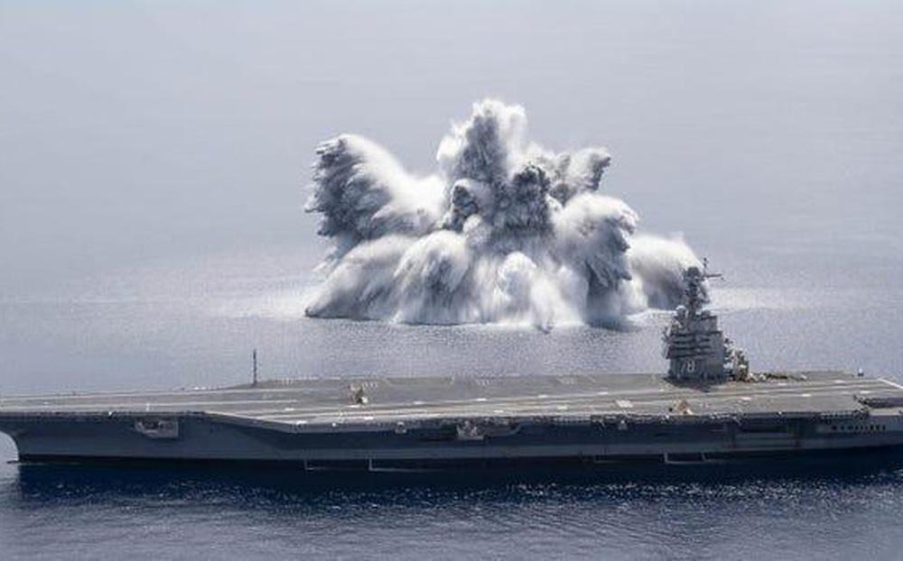 Cảnh tượng kinh hoàng khi Hải quân Mỹ kích nổ mìn bên cạnh siêu tàu sân bay