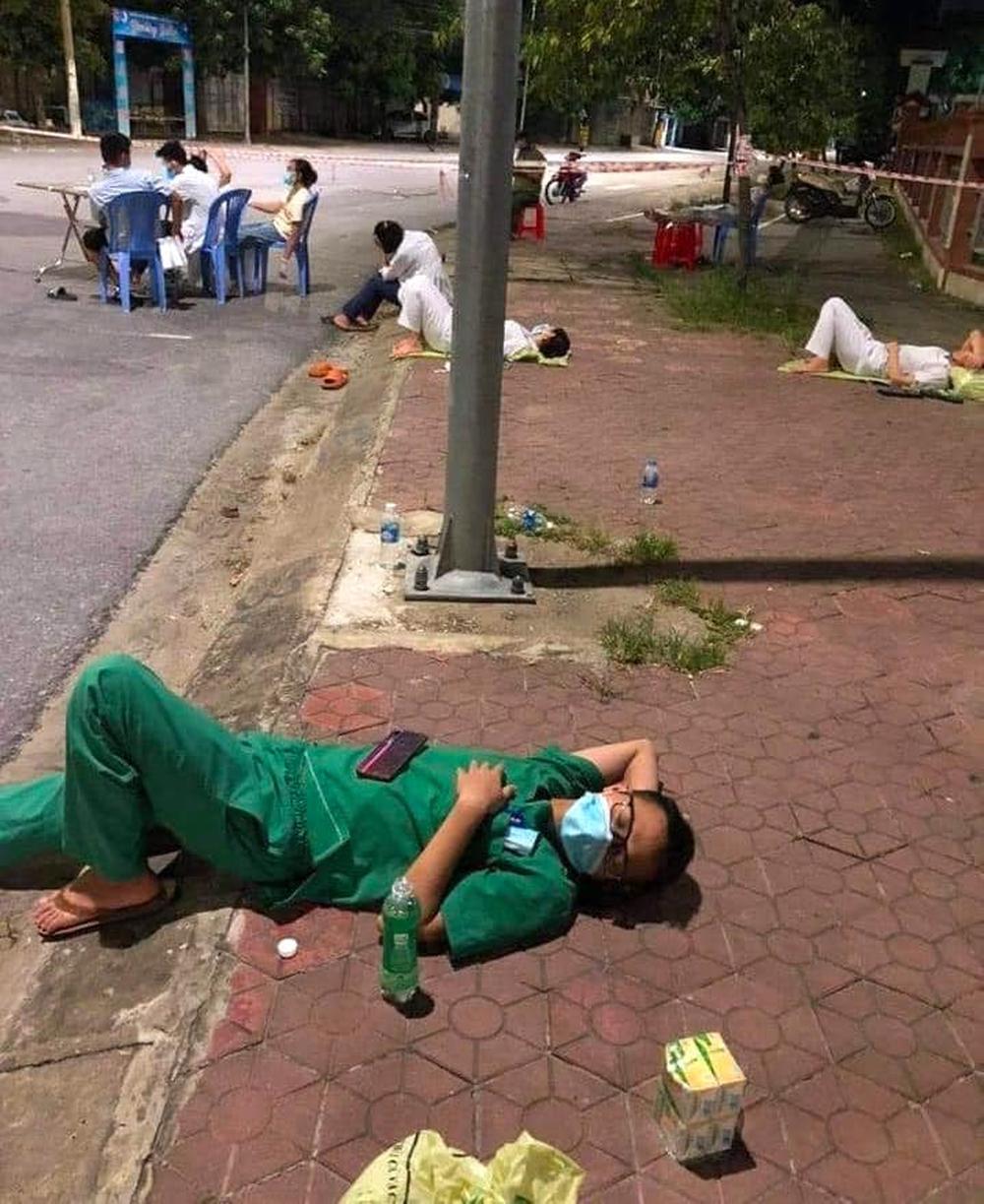 Xúc động hình ảnh những nhân viên y tế mệt lả sau khi lấy mẫu, ngủ tạm ở vỉa hè lúc 3 giờ sáng - Ảnh 1.