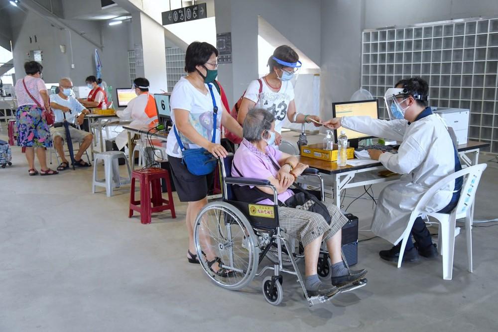Đài Loan chính thức lên tiếng về nguyên nhân 49 người tử vong sau khi tiêm vaccine Covid-19 - Ảnh 1.