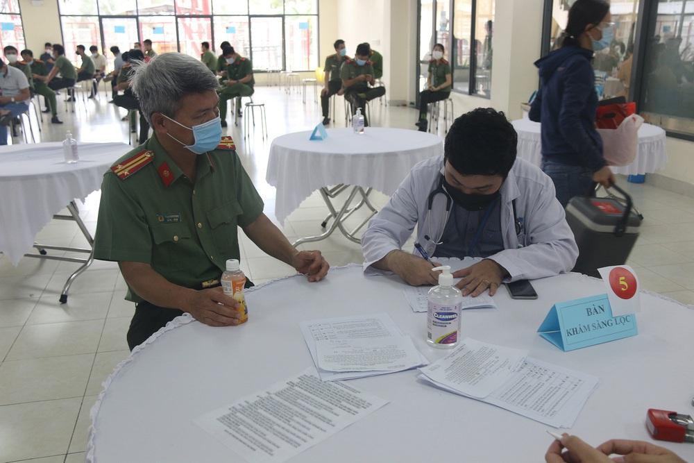 Toàn bộ cán bộ chiến sĩ Công an TP.HCM được tiêm vắc xin COVID-19 - Ảnh 2.