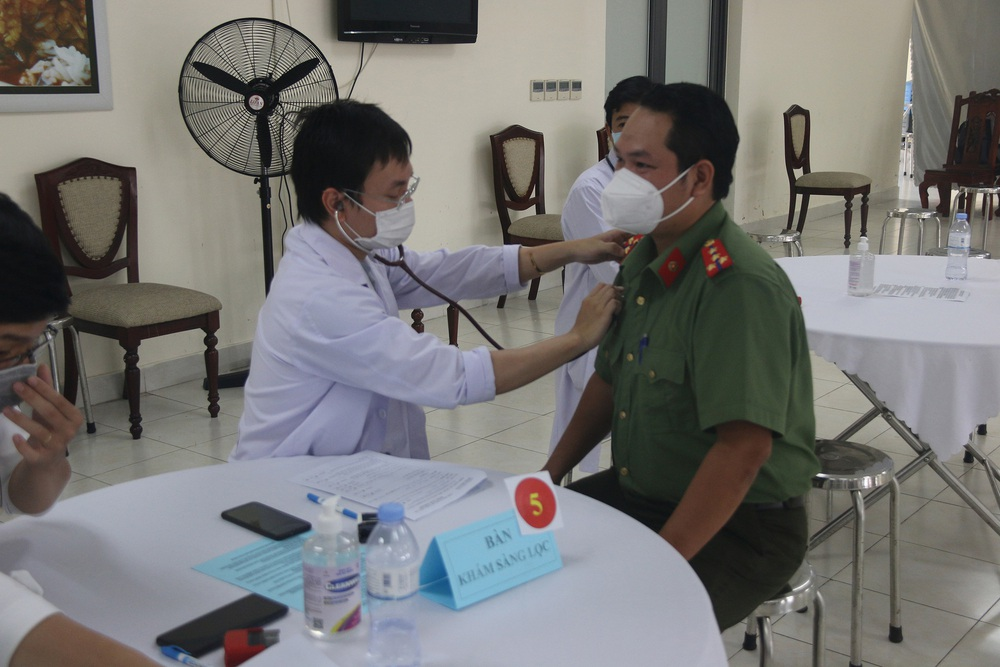 Toàn bộ cán bộ chiến sĩ Công an TP.HCM được tiêm vắc xin COVID-19 - Ảnh 3.