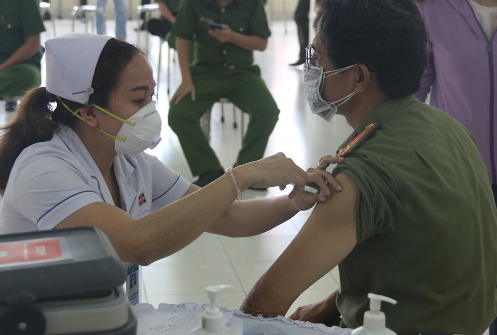 Toàn bộ cán bộ chiến sĩ Công an TP.HCM được tiêm vắc xin COVID-19 - Ảnh 4.