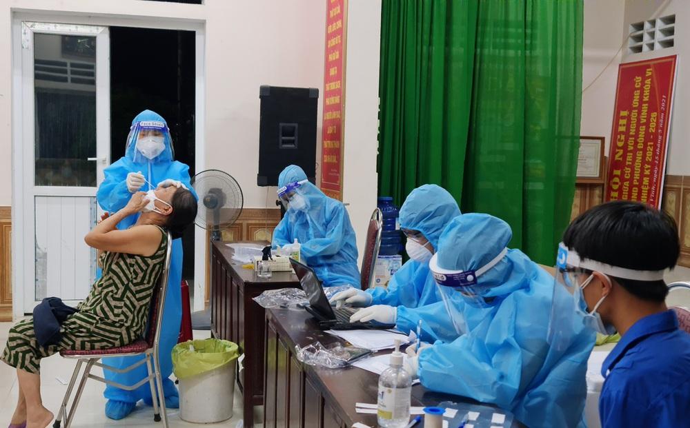 Thấy trong người nóng sốt, 2 vợ chồng lên viện xin test nhanh phát hiện dương tính với SARS-CoV-2