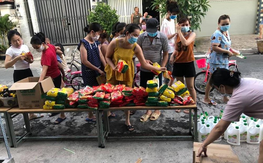 """Hóc Môn bị phong tỏa, bà chị bán tạp hóa """"phá kho"""" đem phát cho chòm xóm, Sài Gòn dễ thương quá đỗi!"""