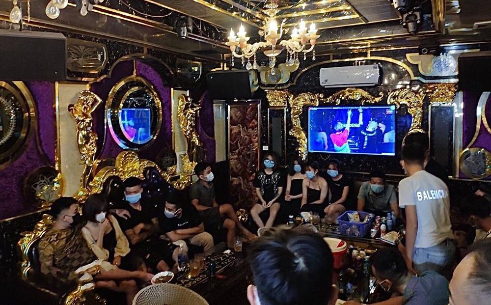 Giữa mùa dịch COVID-19, 20 nam thanh nữ tú ở Lào Cai tụ tập hát karaoke