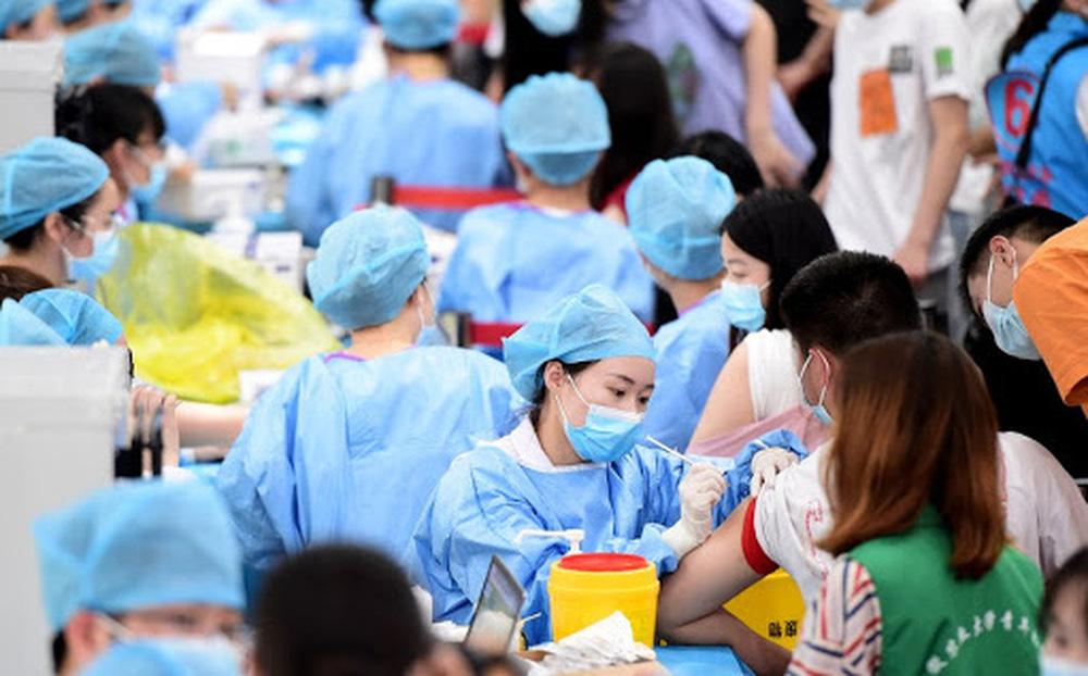 """Trung Quốc tiêm 1 tỉ liều vắc xin COVID-19: Động lực """"bí ẩn"""" khiến dân nước này đổ xô đi tiêm bằng mọi giá"""