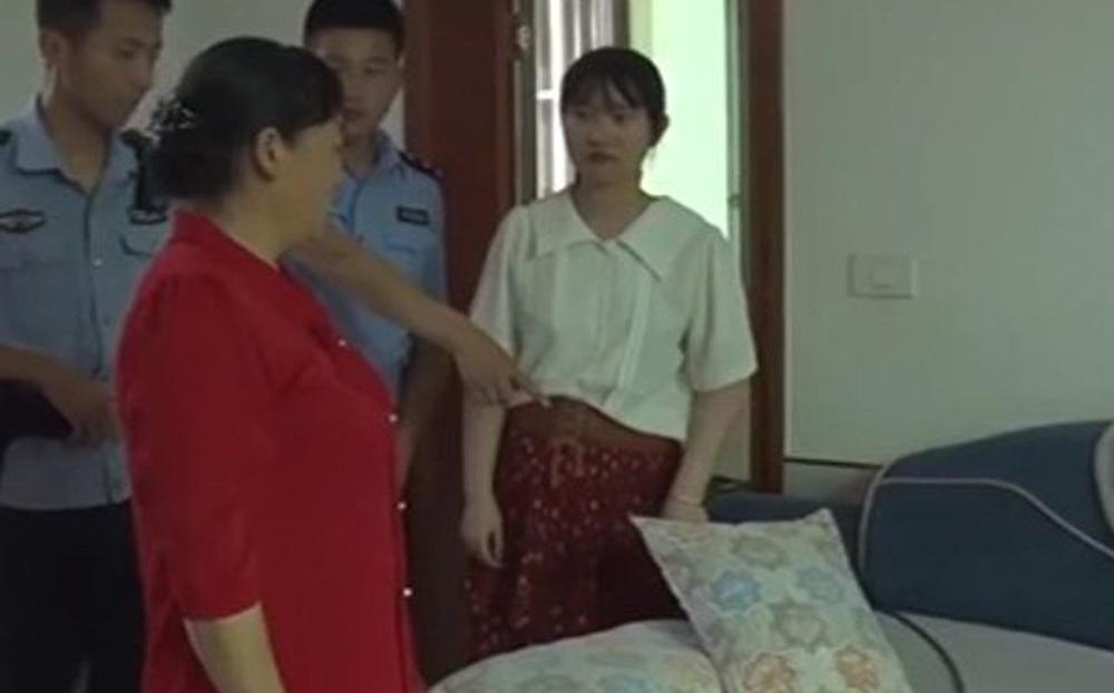 Người phụ nữ đang nằm ngủ thì thấy lạnh sống lưng, vừa lật tấm đệm sofa lên liền báo ngay cảnh sát