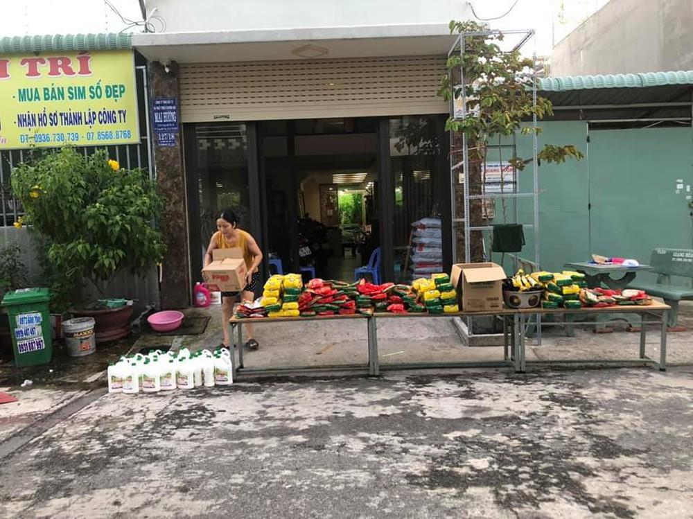Hóc Môn bị phong tỏa, bà chị bán tạp hóa phá kho đem phát cho chòm xóm, Sài Gòn dễ thương quá đỗi! - Ảnh 1.