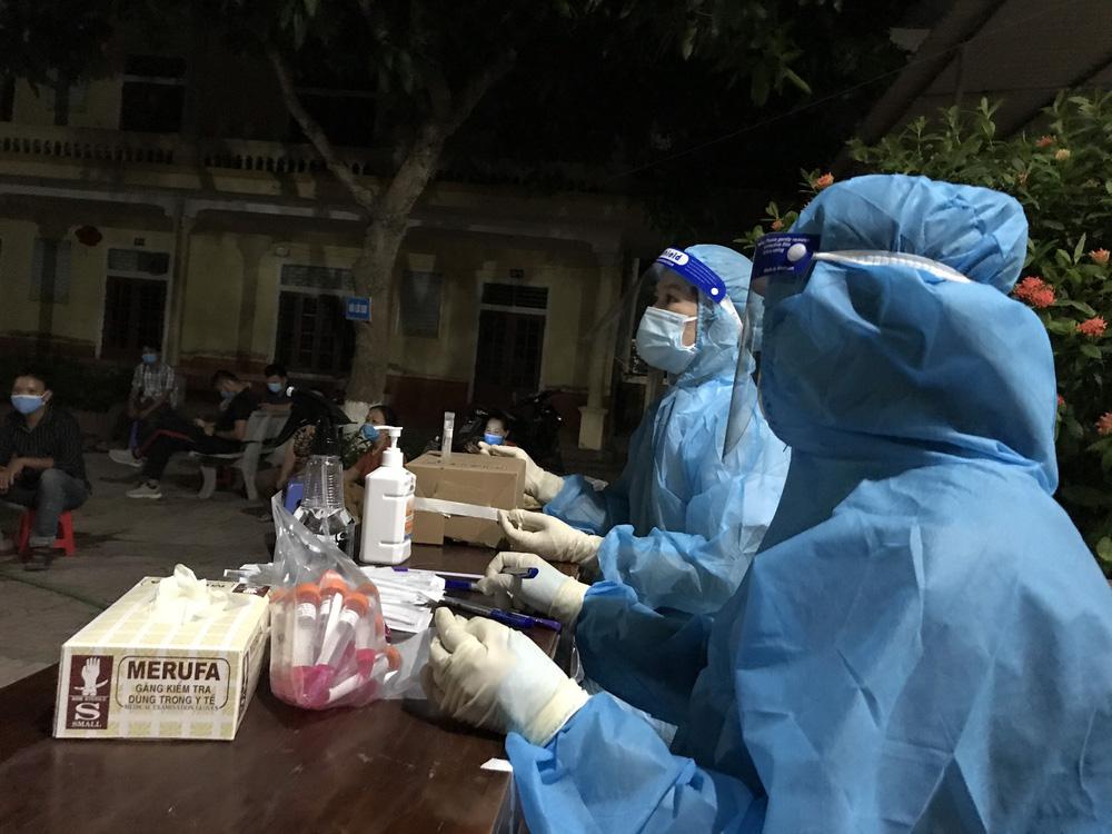 Xúc động hình ảnh những nhân viên y tế mệt lả sau khi lấy mẫu, ngủ tạm ở vỉa hè lúc 3 giờ sáng - Ảnh 6.