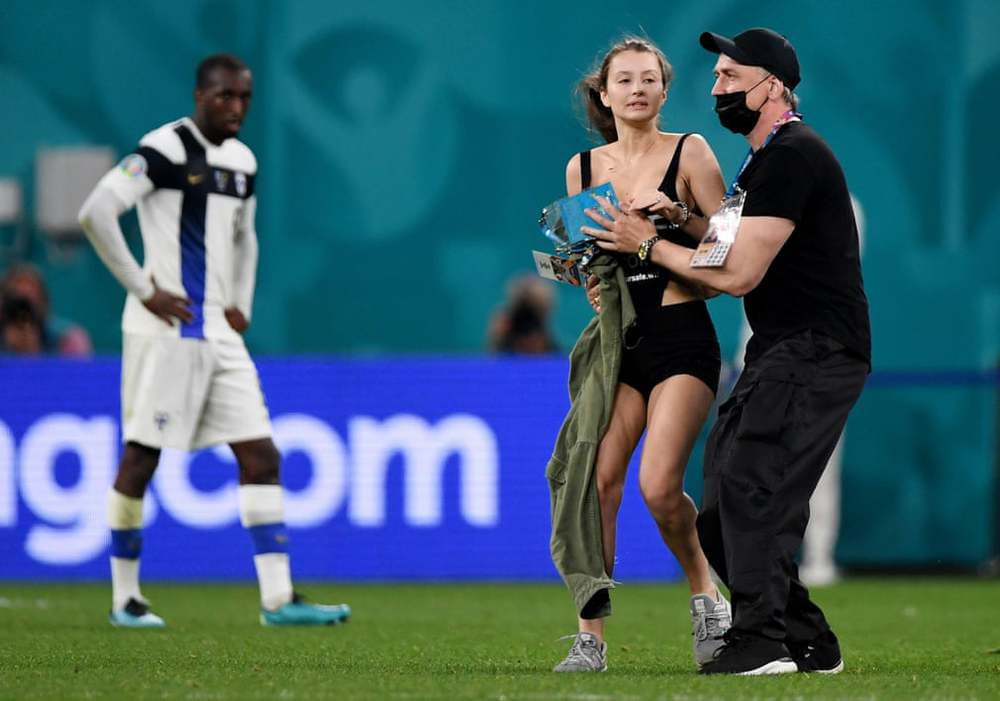 24h qua ảnh:  Cô gái gợi cảm chạy vào sân ở trận đấu Euro 2020 - Ảnh 2.