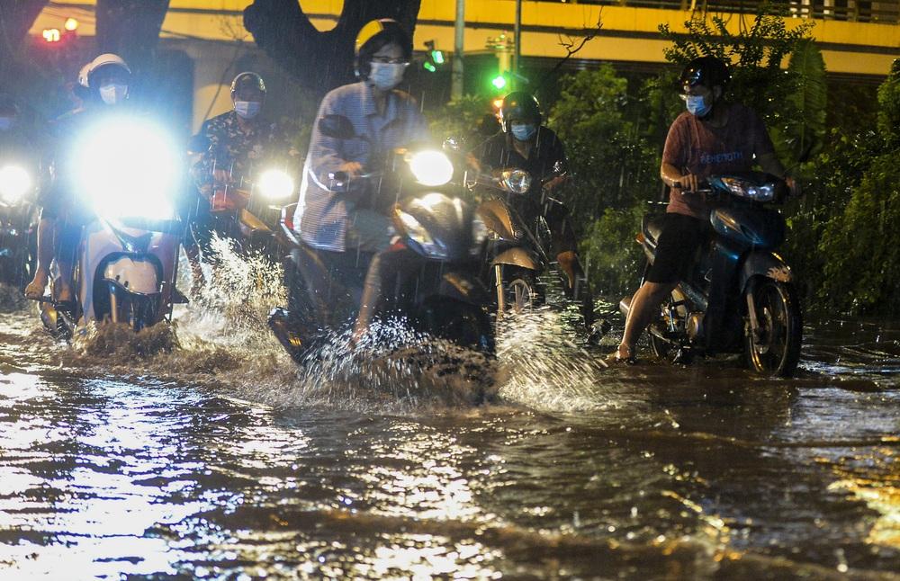 [ẢNH] Sau mưa giông lớn ở Hà Nội, cây đổ la liệt, đường ngập, nhiều xe chết máy - Ảnh 12.